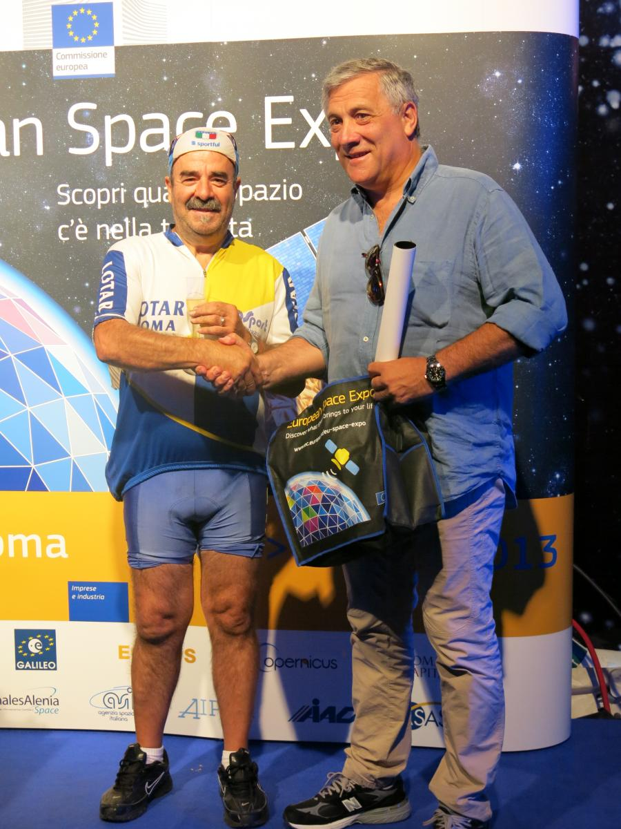 The 200.000th EXPO visitor with Mr Tajani (C) EC