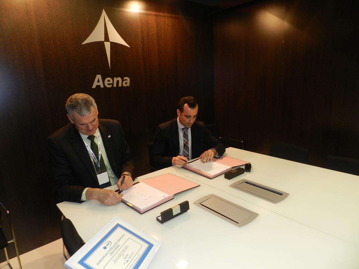 Dirk Werquin (left) and Ignacio Gonzalez (right) signing the agreement. © Pilar Azcarraga